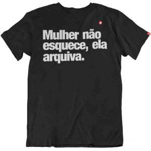 CAMISETA MULHER NÃO ESQUECE, ELA ARQUIVA