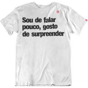 CAMISETA SOU DE FALAR POUCO, GOSTO DE SURPREENDER