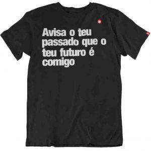 CAMISETA COM FRASE CANTADA AVISA O TEU PASSADO