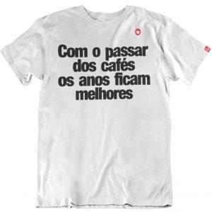 CAMISETA COM FRASE COM O PASSAR DOS CAFÉS
