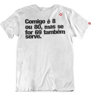 CAMISETA COM FRASE COMIGO É 8 OU 80.
