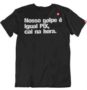 CAMISETA COM FRASE NOSSO GOLPE É IGUAL PIX, CAI NA HORA.