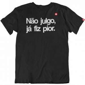 CAMISETA COM FRASE NÃO JULGO, JÁ FIZ PIOR.